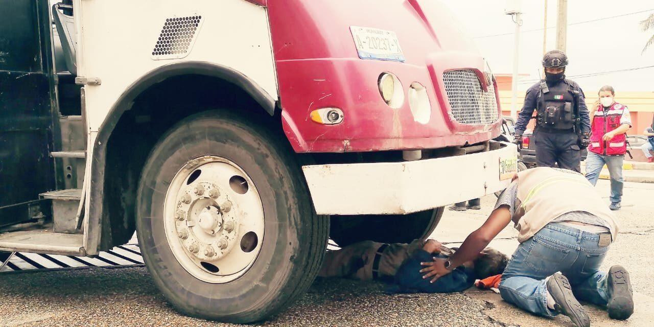 Camión de pasajeros atropella a un adulto mayor en centro de Coatzacoalcos