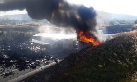 Vuelca y arde tráiler sobre la Morelia-Salamanca, hay dos muertos