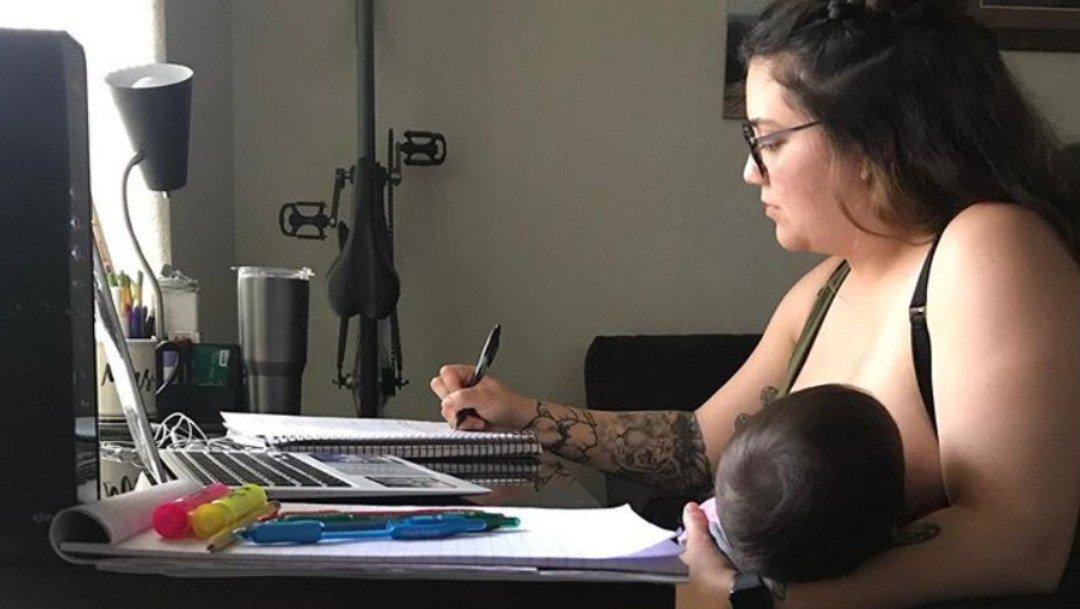 Maestro prohibió a alumna alimentar a su bebé en clases línea; ella lo denuncia en redes