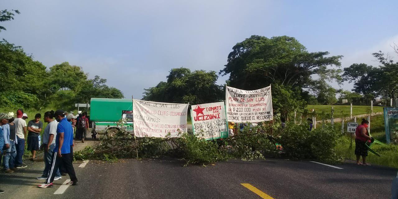 Se retiran manifestantes, luego de casi 5 horas de bloqueada la carretera Matías Romero-Acayucan Veracruz.