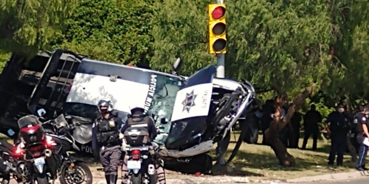 Video: Policías de León vuelcan luego de chocar contra un Audi: hay 9 lesionados