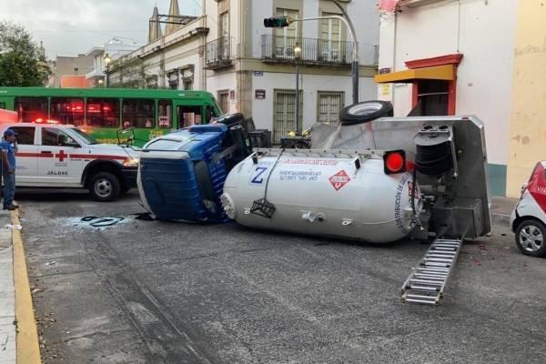 Video: Momento en el que Pipa de gas vuelca en pleno Centro de Guadalajara