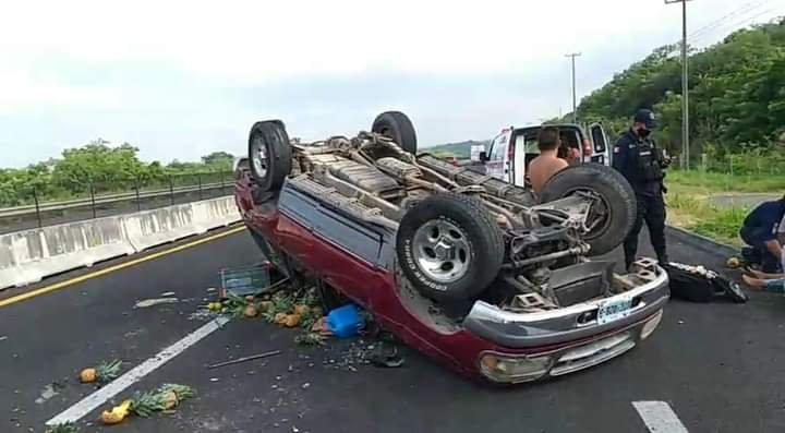 Volcadura de camioneta en la carretera Xalapa – Veracruz, a la altura de La Antigua