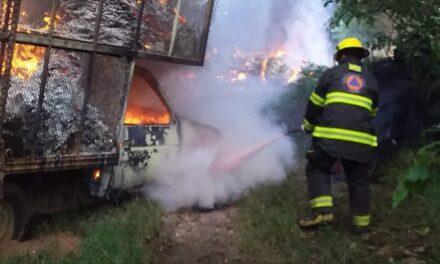 Se incendia camioneta en la colonia Em Zapata