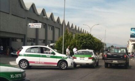 Chocan dos taxis en la avenida Antonio Chedraui Caram, a la altura de las oficinas de Telmex