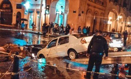 Debido a la fuerte lluvia, automóvil cae dentro de una obra en el Centro Histórico de Querétaro