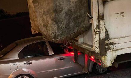No vio el camión de la Basura y se impactó en la avenida 20 de Noviembre en Xalapa
