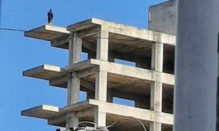 Amenaza con quitarse la vida desde último piso de edificio en Arco Sur, Xalapa