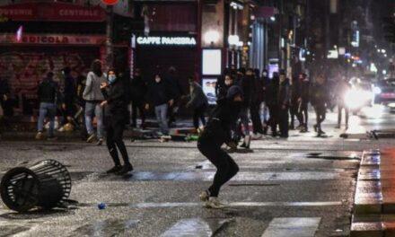 Manifestantes anti restricciones por el coronavirus se enfrentan con la policía enItalia.