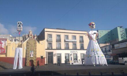 Catrina y catrin adornan el centro de Xalapa