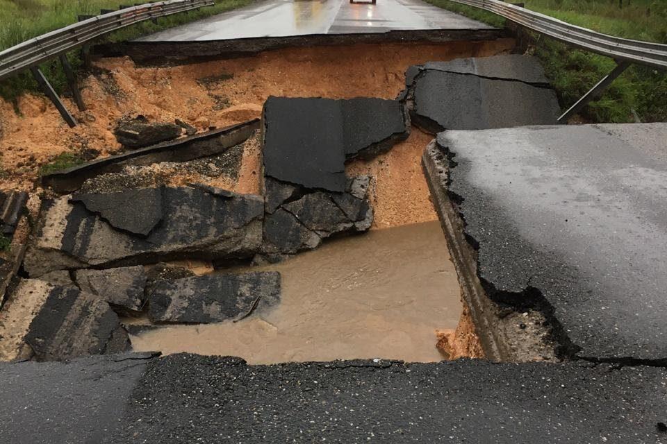 No hay paso hacia Chiapas y Tabasco tras colapsar súper la autopista Las Choapas-Ocozocoautla al sur de Veracruz. Atentos a las lluvias