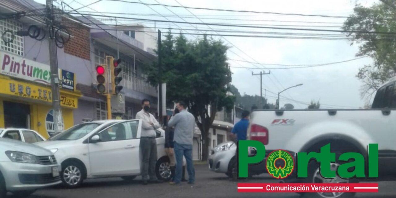 Accidente de tránsito en la avenida Miguel Alemán esquina con Américas en Xalapa