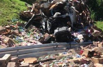 Vuelca trailer cargado con abarrotes en la carretera Perote-Xalapa