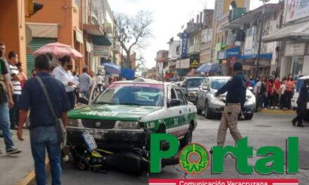 Accidente de tránsito en calle Revolución esquina Poeta Jesús Diaz en Xalapa