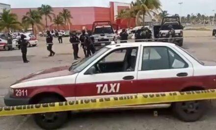 Balean Taxi en estacionamiento de Plaza Comercial en Coatzacoalcos, conductor resulta ileso