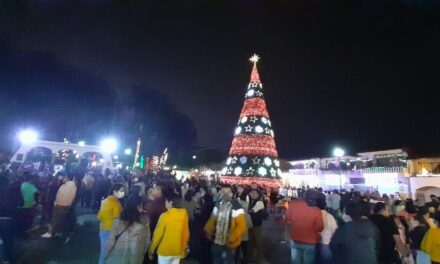 Cual pandemia! habitantes de Xico acuden a encender el Árbol de Navidad
