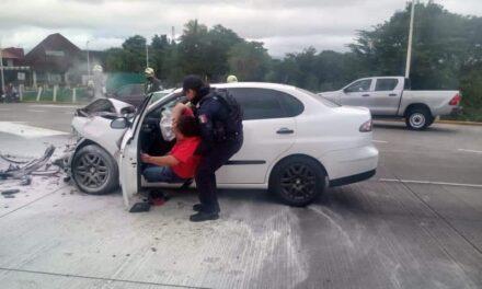 Elementos de SSP rescatan a dos personas que se les incendió auto sobre la autopista Córdoba-Fortín.
