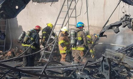 Fuego consumió una bodega de autopartes en Guadalajara