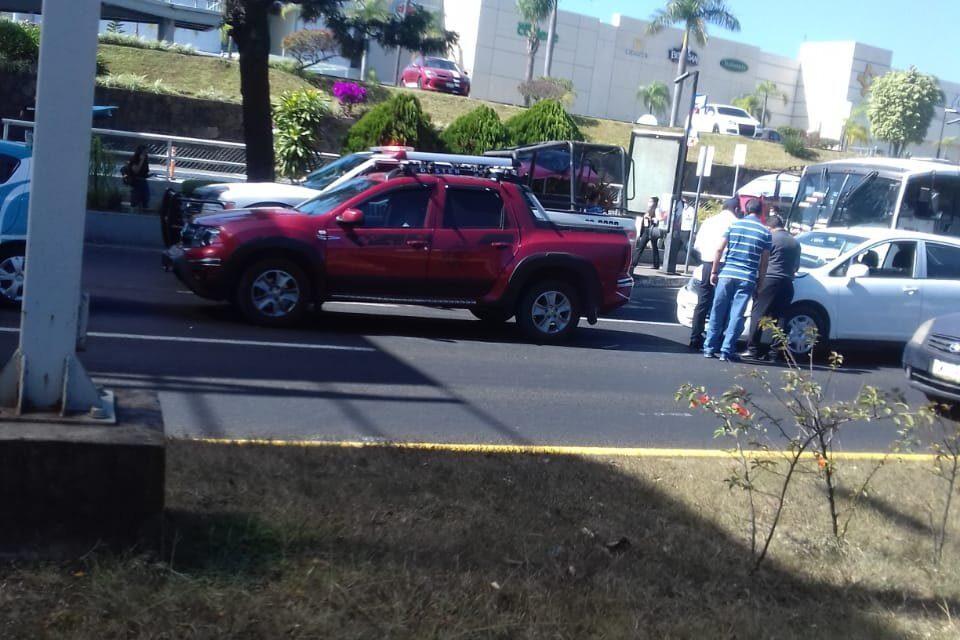 Accidente de tránsito sobre la avenida Lázaro Cárdenas, a la altura de Plaza Américas