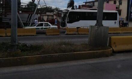 Accidente de tránsito sobre la avenida Lázaro Cárdenas, a la altura del puente Bicentenario en Xalapa