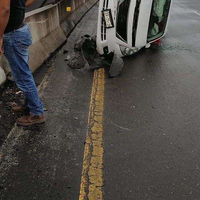 Volcadura de vehículo en la autopista Perote – Xalapa