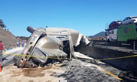 Esta mañana se registró una volcadura de trailer sobre la carretera Perote – Xalapa, pobladores realizan rapiña