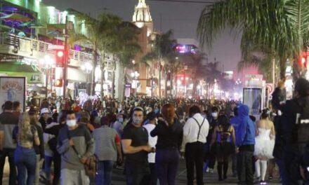 A pesar de pandemia salen a celebrar Halloween en Tijuana