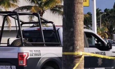 Enfrentamiento entre policías y presuntos ladrones en plaza comercial de Coatzacoalcos