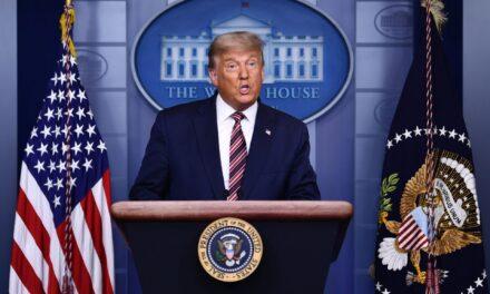 Reaparece Donald Trump denunciando fraude electoral sin presentar pruebas.