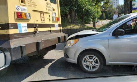 Accidente de tránsito sobre la avenida Lázaro Cárdenas, a la altura de Costco en Xalapa