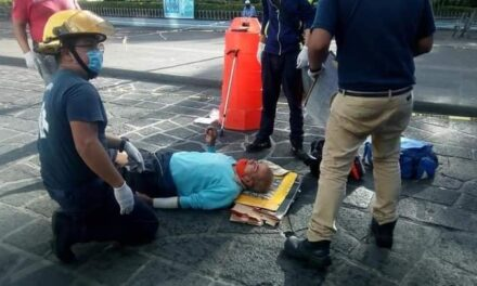 Sufre caída persona de la tercera edad en el centro de Coatepec
