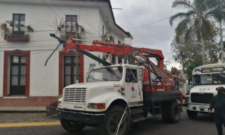 Grúa del ayuntamiento de Xalapa derriba postes y cables en calle Diaz Miiron frente al Parque de Los Berros