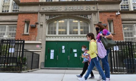 Nueva York advierte sobre posible cierre de escuelas ante aumento del Covid