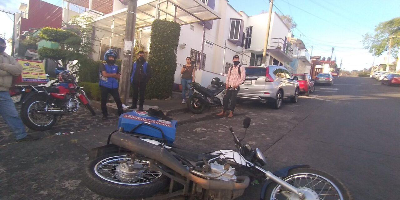 Chocan dos motociclistas en calle Carlos A. Carrillo Colonia del Maestro en Xalapa