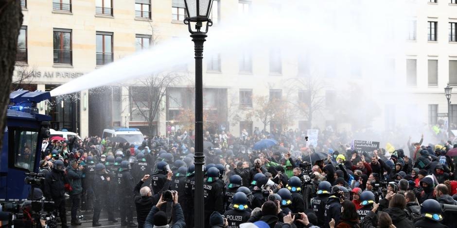 Video: En Berlín disuelven marcha contra restricciones por COVID-19