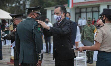 Entrega gobernador de Veracruz, condecoraciones a personal de salud de infantería