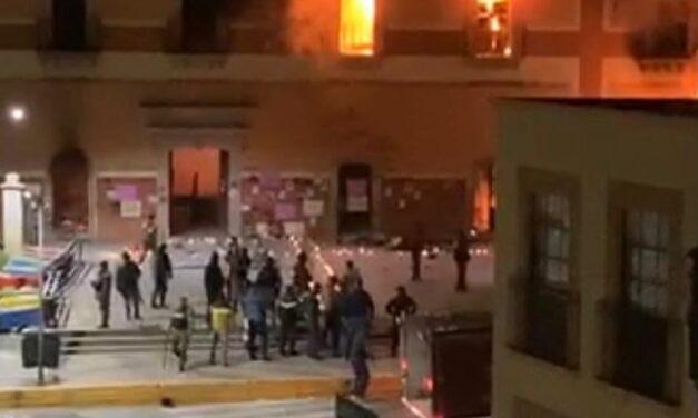 Manifestantes prenden fuego al Palacio Municipal de Fresnillo, Zacatecas por asesinato de la niña Sofía