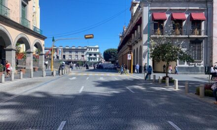 Grupo de manifestantes bloquean la calle Enríquez, a la altura del Palacio de Gobierno en Xalapa.