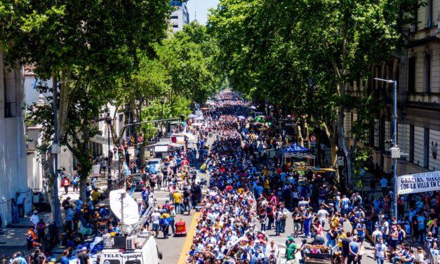 Miles de personas continúan en el centro porteño para despedir a Diego