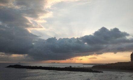 Atención población de Veracruz Próximas 24-48 horas  * Desciende la temperatura, más significativa/e el lunes.  * Aumenta el potencial de lluvias con acumulados importantes. Nieblas eventuales.     * Se estable evento de #NORTE, rachas máximas el lunes.