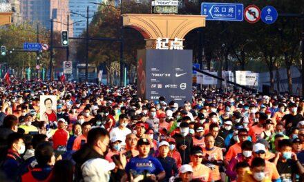 Miles de corredores desafían al covid en el maratón de Shanghái