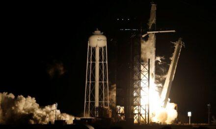 Despega cohete de SpaceX con 4 astronautas hacia la estación espacial