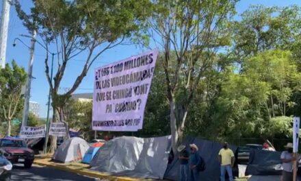Arriban integrantes de los 400 pueblos a las oficinas de la Fiscalía en Xalapa