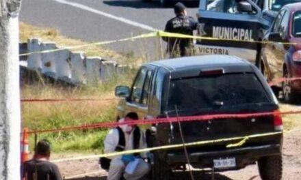 Asesinan a músicos y abandonan cuerpos en carretera de Toluca.