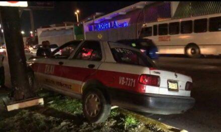 Taxista en estado de ebriedad se impacta contra árbol en la ciudad de Veracruz