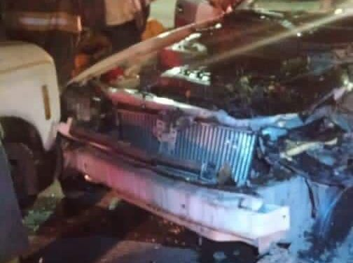 Persona en estado de ebriedad impacta dos taxis en Coatepec