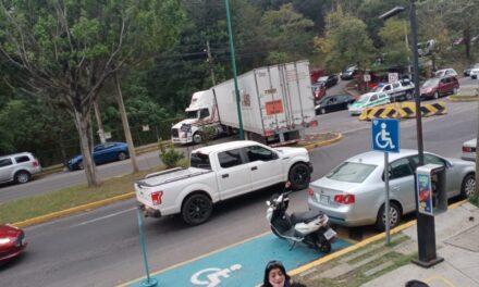 Maniobra de trailer provoca tráfico vehicular en la avenida Arco Sur en Xalapa
