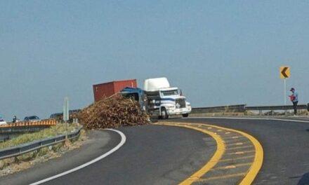 Camión tipo torton volcado en la carretera Xalapa – Veracruz, a la altura del libramiento de Cardel