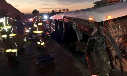 Esta mañana se registró un choque entre un transporte de personal y un camión tipo plataforma, en la carretera Toluca – Palmillas, 3 muertos