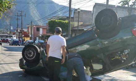 Volcadura de auto en la Avenida Circunvalación, casi esquina con Norte 8 en la ciudad de Orizaba